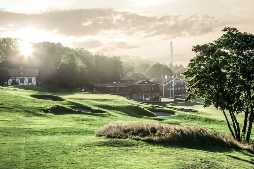 Kevingebanan med klubbhuset i bakgrunden - Stockholms golfklubb
