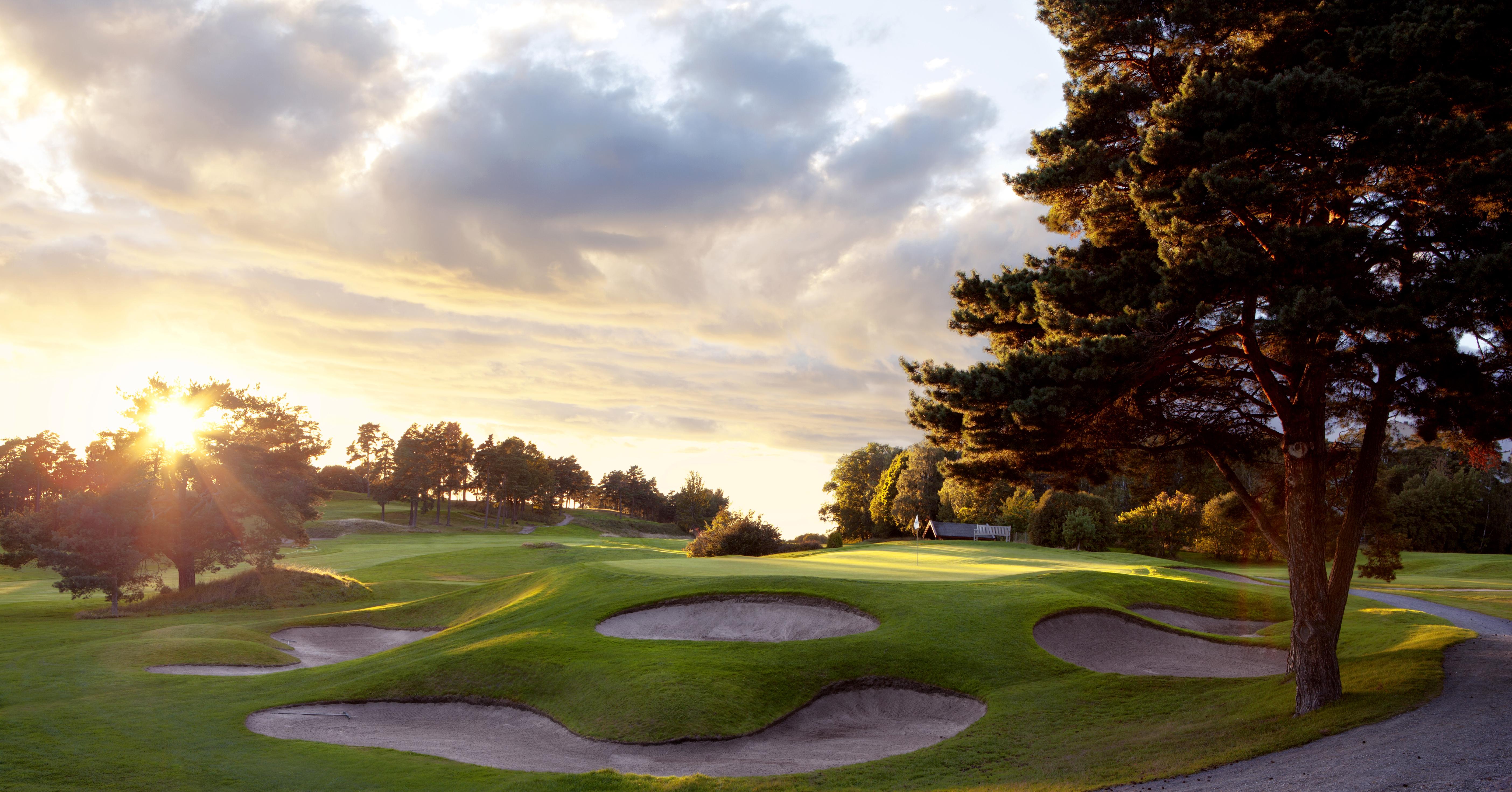 Golfbanan i solnedgång