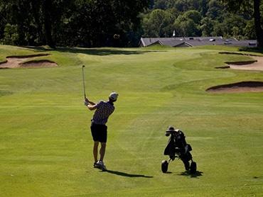 Spelar på banan. Boka tid för spel på Stockholms Golfbana.